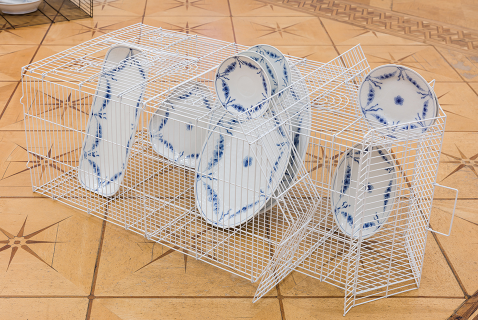 Nina Beier, Empire, 2019. Empire' Porcelain dinnerware by B&G/Royal Copenhagen and metal wire bird cage, photo by Kunst-dokumentation.com. Courtesy Croy Nielsen, Vienna.