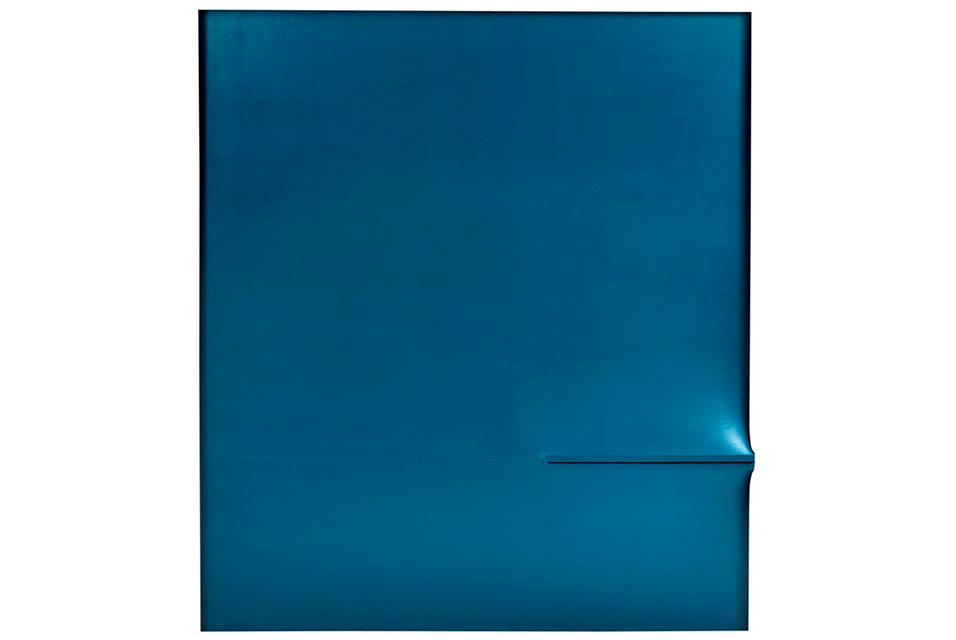 Agostino Bonalumi, BLU, 1972. Vinyl-based tempera on shaped canvas, 180 x 160 cm (70,86 x 62,99 in.) Signed and dated on the reverse: Bonalumi / 72. by Ted Loos
